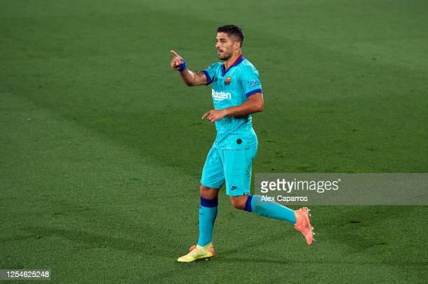 Luis Suarez of FC Barcelona celebrates scoring his sides second goal during the Liga match between Villarreal CF and FC Barcelona at Estadio de la...