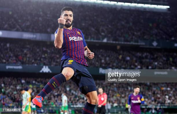 Luis Suarez of FC Barcelona celebrates scoring his team's third goal during the La Liga match between Real Betis Balompie and FC Barcelona at Estadio...