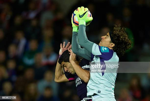 Luis Suarez of FC Barcelona competes for the ball with Francisco Guillermo Ochoa of Granada CF during the La Liga match between Granada CF v FC...