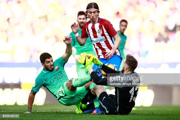 Luis Suarez of FC Barcelona competes for the ball with goalkeeper Jan Oblak of Atletico de Madrid and his teammate Filipe Luis during the La Liga...