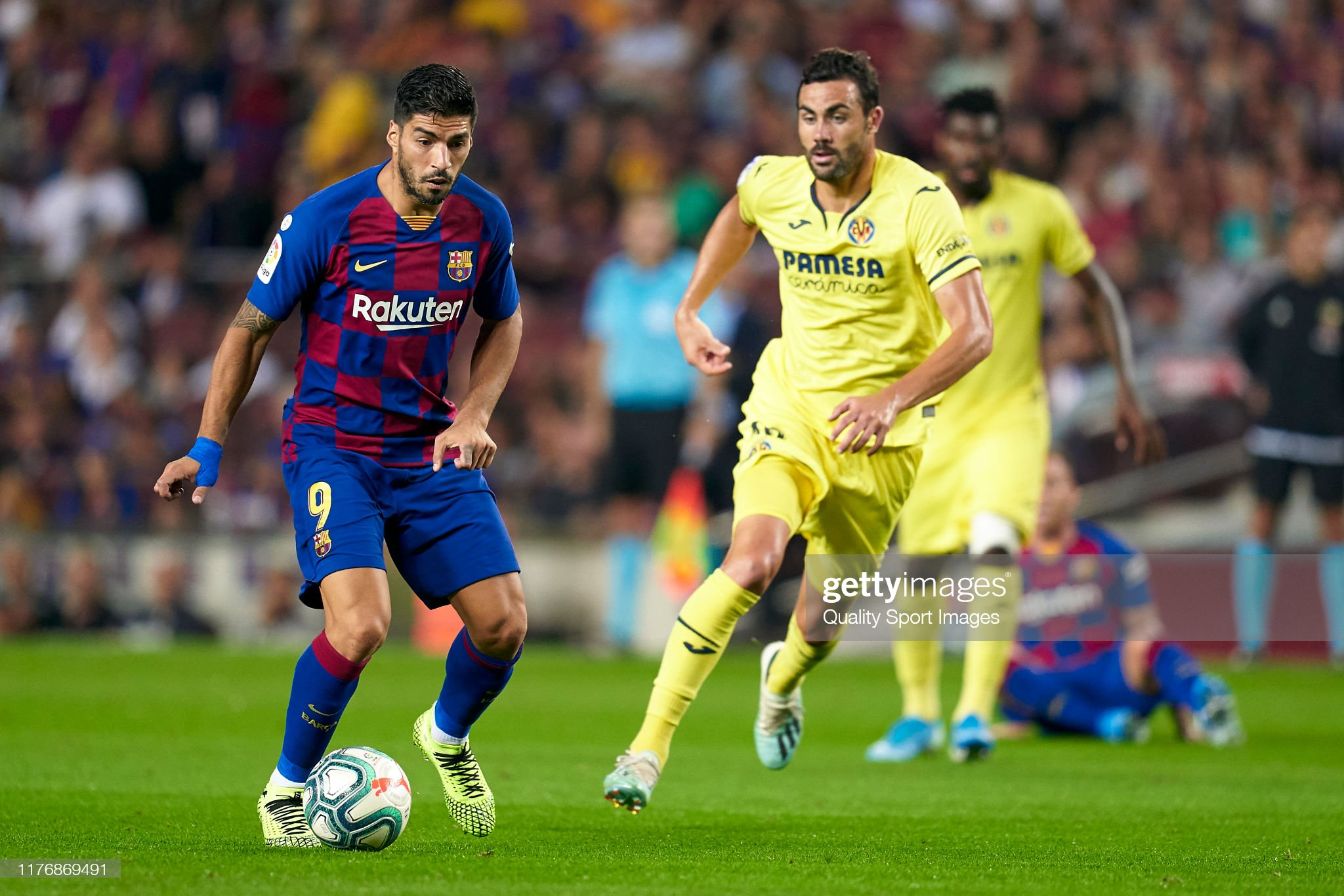 صور مباراة : برشلونة - فياريال 2-1 ( 24-09-2019 )  Luis-suarez-of-fc-barcelona-competes-for-the-ball-with-vicente-iborra-picture-id1176869491?s=2048x2048