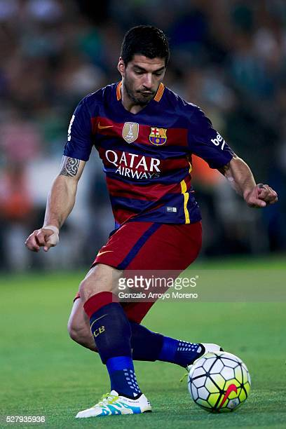 Luis Suarez of FC Barcelona controls the ball during the La Liga match between Real Betis Balompie and FC Barcelona at Estadio Benito Villamarin on...
