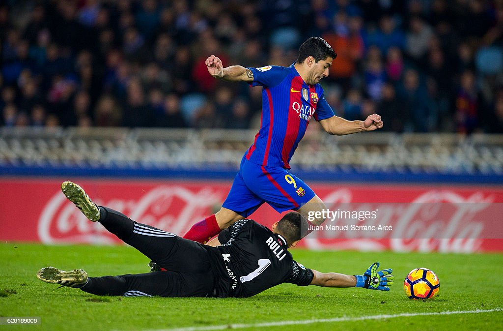 Luis Suarez of FC Barcelona duels for the ball with Geronimo Rulli of Real Sociedad during the La Liga match between Real Sociedad de Futbol and FC Barcelona at Estadio Anoeta on November 27, 2016 in San Sebastian, Spain.