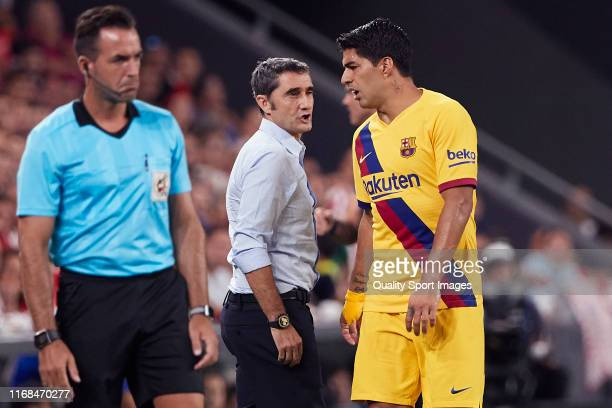Luis Suarez of FC Barcelona leaves the pitch injured during the Liga match between Athletic Club and FC Barcelona at San Mames Stadium on August 16...
