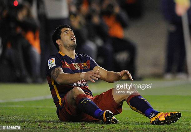 Luis Suarez of FC Barcelona reacts after missing a penalty kick during the La Liga match between Rayo Vallecano and FC Barcelona at Estadio de...