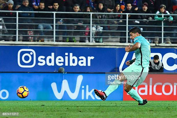 Luis Suarez of FC Barcelona scores his team's third goal during the La Liga match between SD Eibar and FC Barcelona at Ipurua stadium on January 22...