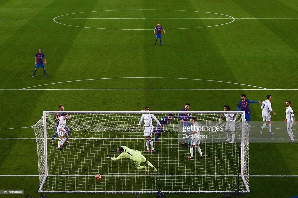 Luis Suarez of FC Barcelona scores the opening goal during the La Liga match between FC Barcelona and Real Madrid CF at Camp Nou stadium on December 3, 2016 in Barcelona, Spain.
