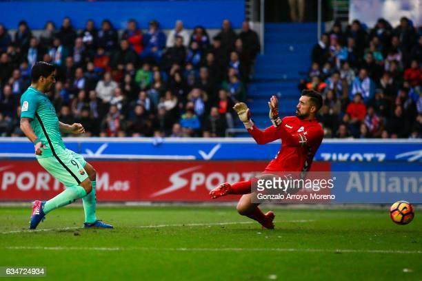 Luis Suarez of FC Barcelona scores their opening goal during the La Liga match between Deportivo Alaves and FC Barcelona at Estadio de Mendizorroza...