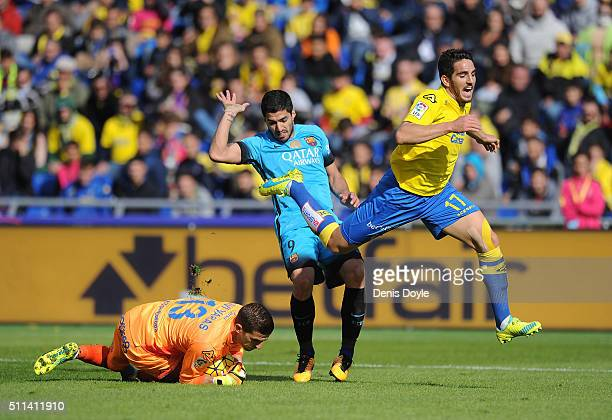 Luis Suarez of FC Barcelona takes on Pedro Bigas and Javi Varas of UD Las Palmas during the La Liga match between UD Las Palmas and FC Barcelona at...