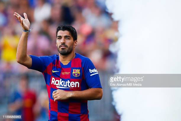 Luis Suarez of FC Barcelona waves to supporters ahead of the match between FC Barcelona and Arsenal at Nou Camp on August 04, 2019 in Barcelona,...
