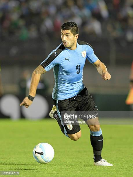 Luis Suarez of Uruguay drives the ball during a match between Uruguay and Ecuador as part of FIFA 2018 World Cup Qualifiers at Centenario Stadium on...
