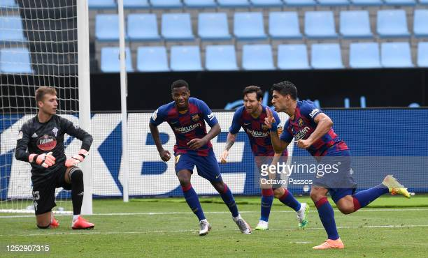 Luis Suárez celebrates scoring his second goal during the Liga match between RC Celta de Vigo and FC Barcelona at Abanca-Balaídos on June 27, 2020 in...