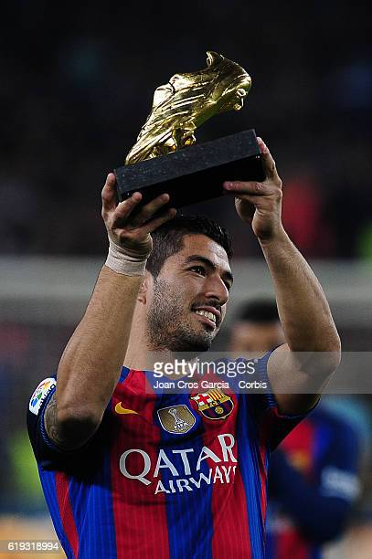 Luis Suárez of FC Barcelona showing his golden boot before the Spanish League match between FC Barcelona vs Granada CF at Camp Nou Stadium on October...