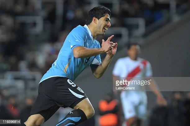 Luis Suárez of Uruguay celebrate a scored goal during a match as part of Finals Quarters of 2011 Copa America at Ciudad de La Plata Stadium on July...