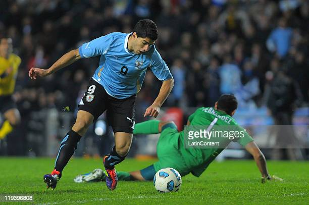 Luis Suárez of Uruguay kick the ball to scored goal during a match as part of Finals Quarters of 2011 Copa America at Ciudad de La Plata Stadium on...