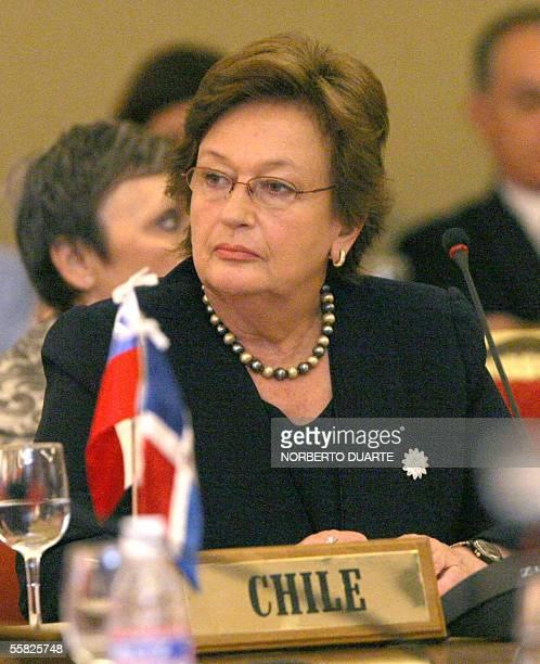 Luisa Duran de Lagos primera dama de Chile escucha el discurso del representante del Banco Interamericano de Desarrollo en la XIII Conferencia de...