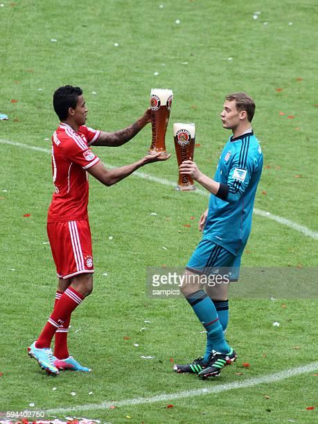 Luiz GUSTAVO FC Bayern München und Manuel Neuer Bayern München 1 Bundesliga Fussball FC Bayern München FC Augsburg Deutscher Fussball Meister 2013...