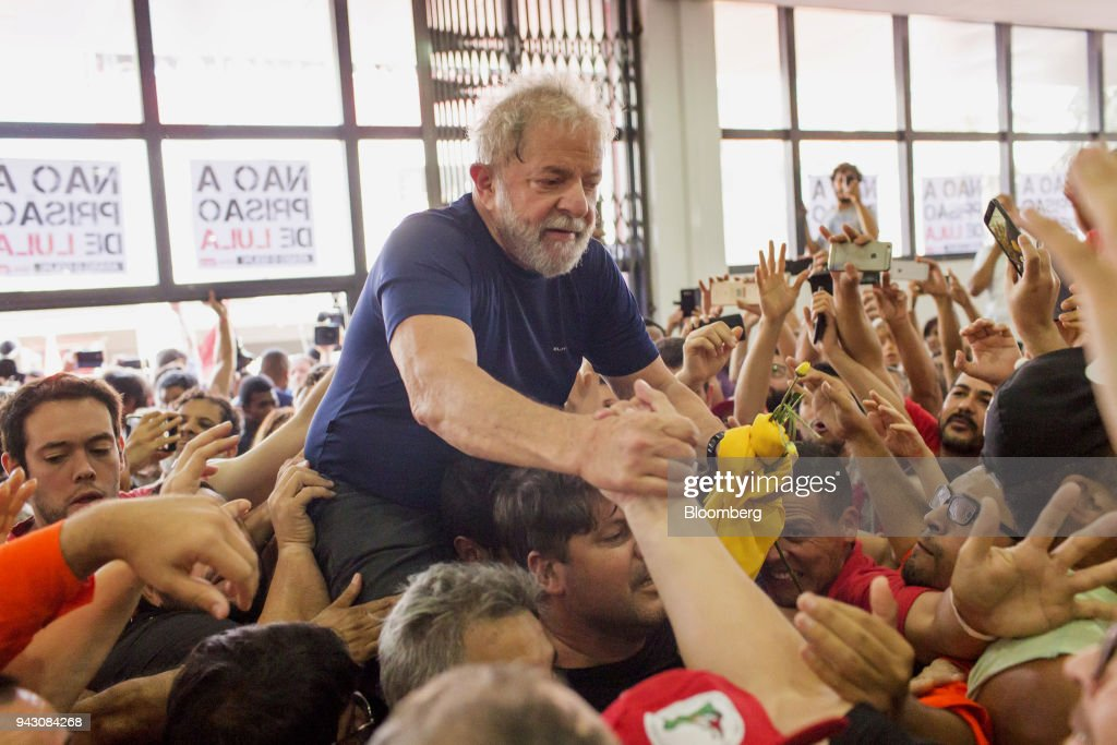 Brazilians Watch As Former President Lula Arrest Deadline Passes : News Photo