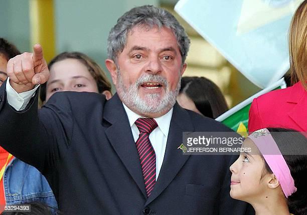 Luiz Inacio Lula da Silva , presidente de Brasil, brinda un discurso durante una visita a la escuela Perola Gonzalves en Bage, 400 km del centro de...