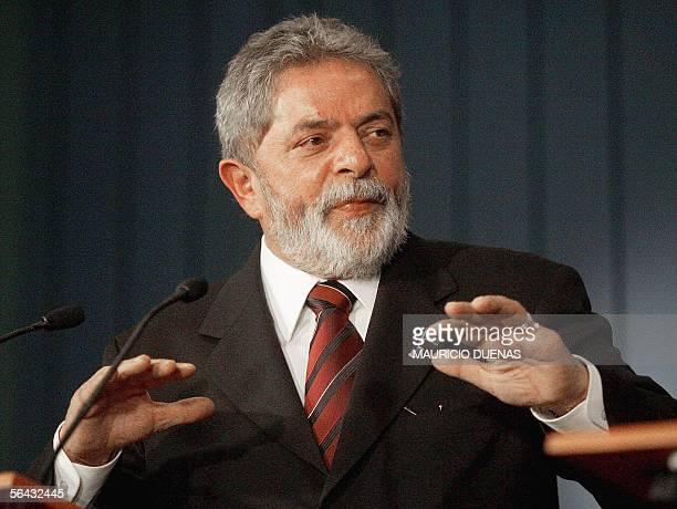 Luiz Inacio Lula da Silva, presidente de Brasil, ofrece una rueda de prensa en el Palacio de Narino en Bogota el 14 de diciembre de 2005. Lula da...
