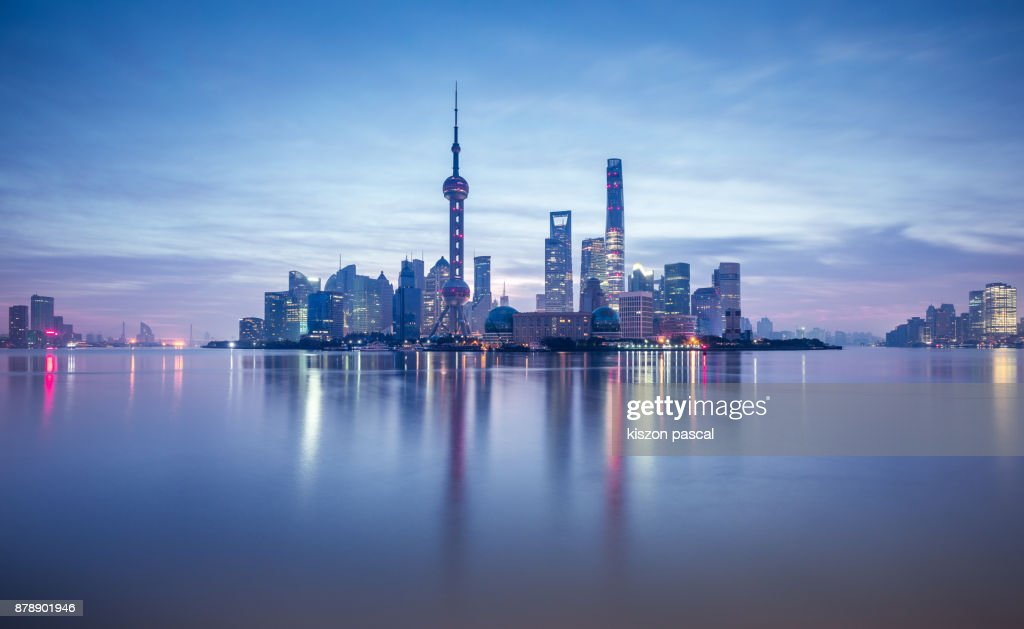 Lujiazui financial district in Shanghai at dusk , China , Asia : Foto de stock