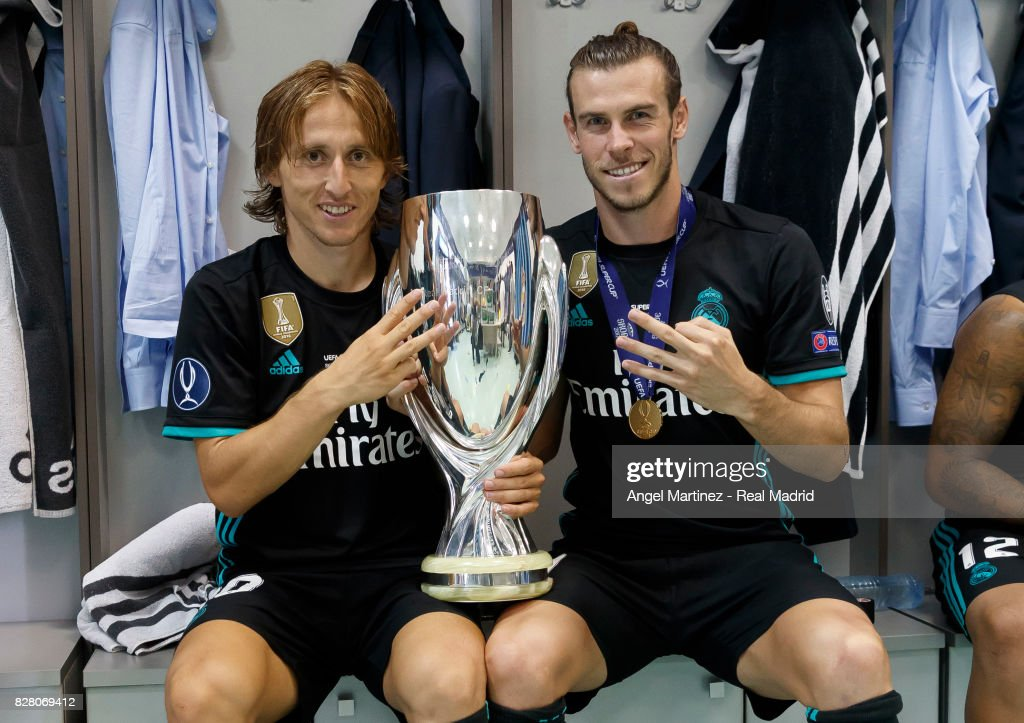 Luka Modric (L) and Gareth Bale of Real Madrid pose with the trophy after the UEFA Super Cup match between Real Madrid and Manchester United at Philip II Arena on August 8, 2017 in Skopje, Macedonia.