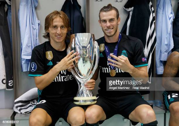 Luka Modric and Gareth Bale of Real Madrid pose with the trophy after the UEFA Super Cup match between Real Madrid and Manchester United at Philip II...