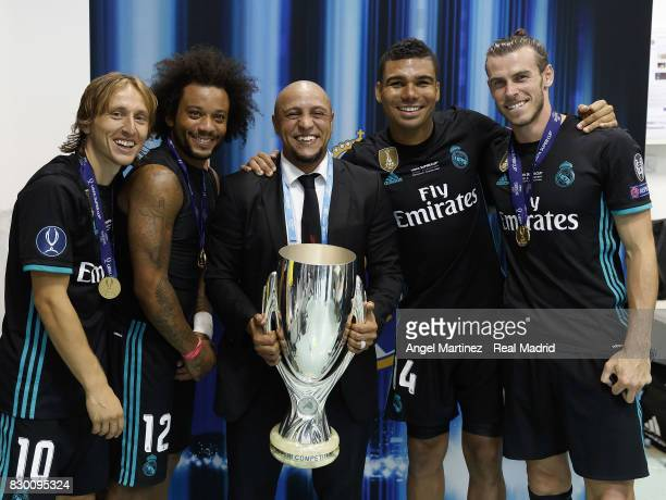 Luka Modric Marcelo Roberto Carlos Casemiro and Gareth Bale of Real Madrid pose with the trophy after the UEFA Super Cup match between Real Madrid...
