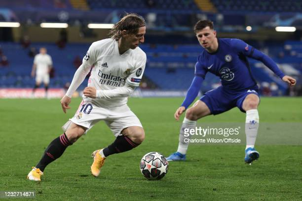 Luka Modric of Real Madrid and Mason Mount of Chelsea during the UEFA Champions League Semi Final Second Leg match between Chelsea and Real Madrid at...