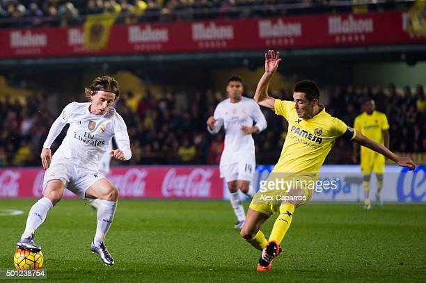 Luka Modric of Real Madrid CF controls the ball next to Bruno Soriano of Villarreal CF during the La Liga match between Villarreal CF and Real Madrid...