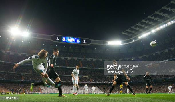 Luka Modric of Real Madrid controls crosses the ball beside Giovani Lo Celso of Paris SaintGermain during the UEFA Champions League Round of 16 First...