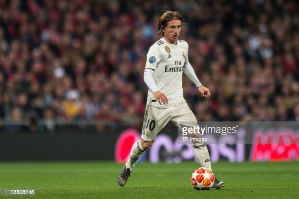 Luka Modric of Real Madrid controls the ball during the UEFA Champions League Round of 16 Second Leg match between Real Madrid and Ajax at Santiago...