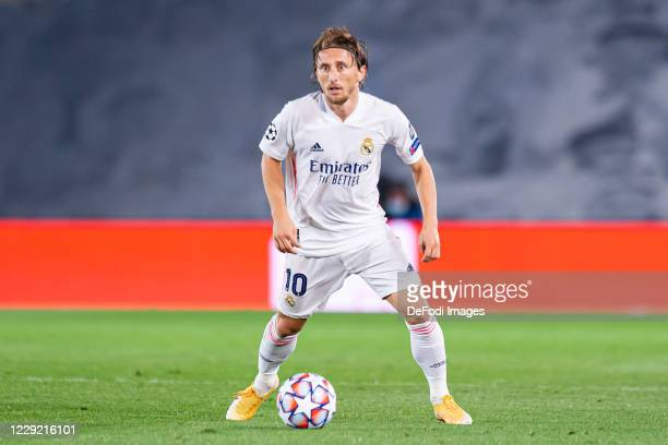 Luka Modric of Real Madrid controls the ball during the UEFA Champions League Group B stage match between Real Madrid and Shakhtar Donetsk at Estadio...