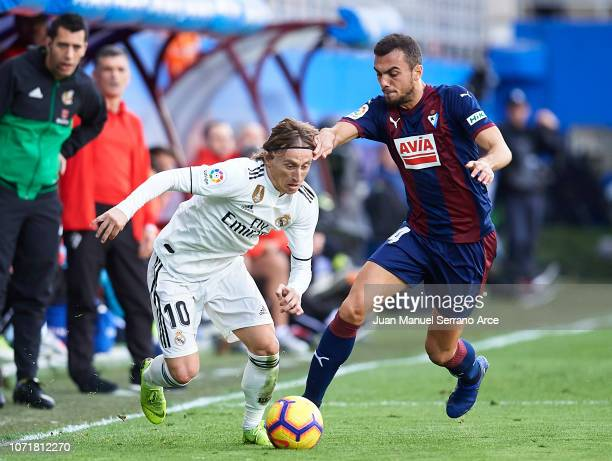 Luka Modric of Real Madrid duels for the ball with Joan Jordan of SD Eibar during the La Liga match between SD Eibar and Real Madrid CF at Ipurua...