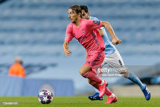 Luka Modric of Real Madrid plays against Manchester City Ilkay Gundogan during the UEFA Champions League round of 16 second leg match between...