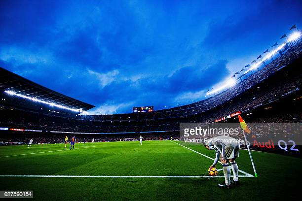 Luka Modric of Real Madrid prepares to execute a corner kick during the La Liga match between FC Barcelona and Real Madrid CF at Camp Nou stadium on...