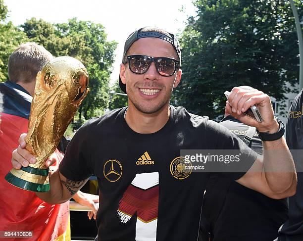Lukas Podolski Deutschland mit Weltcup Weltpokal WM Pokal Weltmeisterschaftspokal Rückkehr der Deutschen Fussball Nationalmannschaft nach dem...