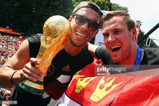 Lukas Podolski Deutschland und Kevin Grosskreutz mit Weltcup Weltpokal WM Pokal Weltmeisterschaftspokal Rückkehr der Deutschen Fussball...
