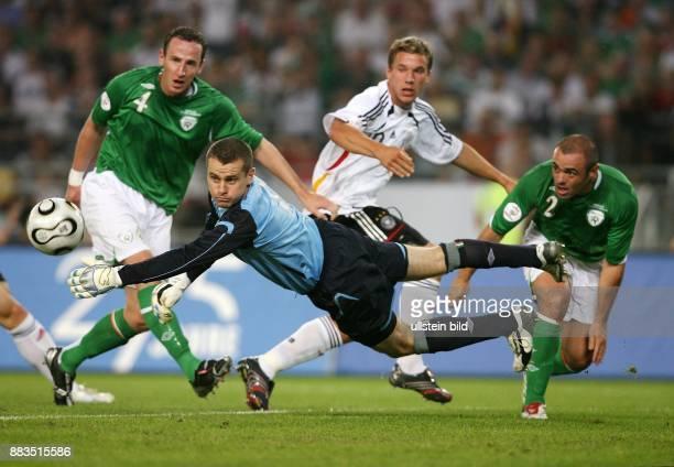 EURO 2008 Qualifikation Gruppe D in Stuttgart Deutschland Irland 10 Lukas Podolski gegen Irlands Andy O'Brien Stephen Carr und Torhüter Shay Given