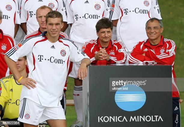 Lukas Podolski Stürmer FC Bayern München D steht vor seinen Teamkollegen bei Werbeaufnahmen für den Kamerahersteller Konica Minolta daneben Trainer...