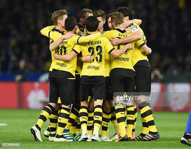 Lukasz Piszczek Henrikh Mkhitayan Shinji Kagawa Marco Reus and Mats Hummels of Borussia Dortmund celebrate after scoring the 01 during the match...