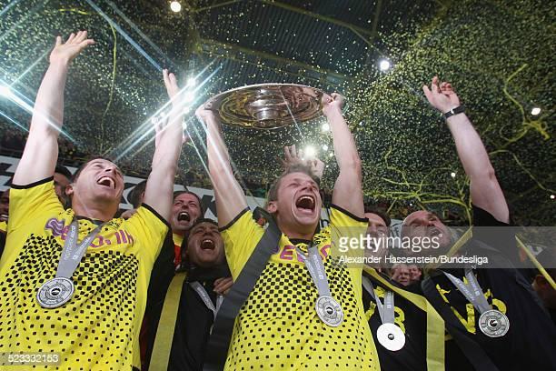 Lukasz Piszczek von BVB Borussia Dortmund feiert den Gewinn der Deutschen Meisterschaft 2011/2012 nach dem Bundesligaspiel zwischen Borussia Dortmund...