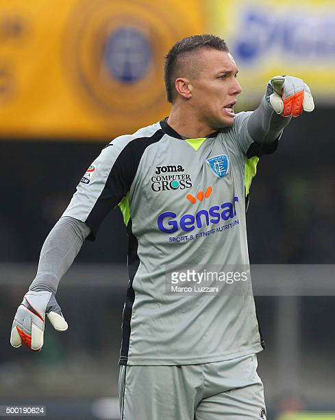 Lukasz Skorupski of Empoli FC shouts to his teammates during the Serie A match between Hellas Verona FC and Empoli FC at Stadio Marc'Antonio...