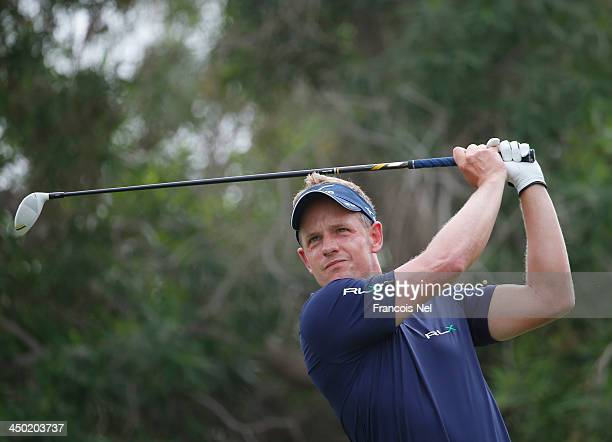 Luke Donald of Engeland plays a tee shot on the 3rd hole during the final round of the 2013 DP World Championships on the Earth Course at the...