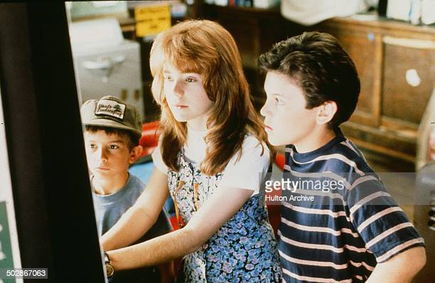 Luke Edwards Jenny Lewis and Fred Savage play a game in a scene from the Universal Studio movie The Wizard circa 1989