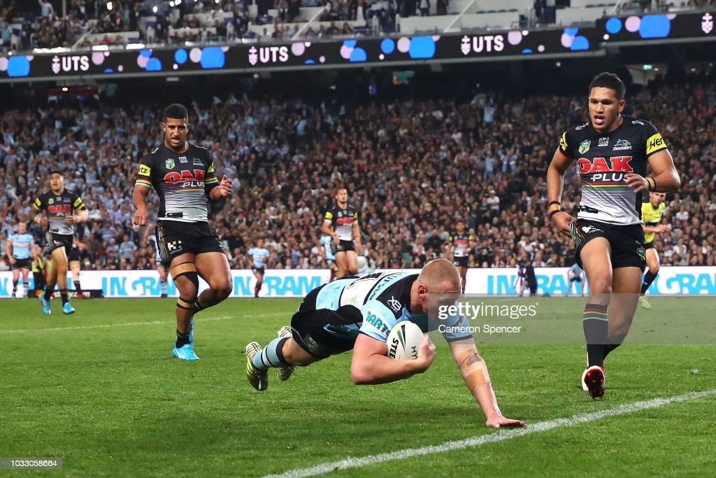 Luke Lewis of the Sharks scores a try during the NRL Semi Final match between the Cronulla Sharks and the Penrith Panthers at Allianz Stadium on September 14, 2018 in Sydney, Australia.