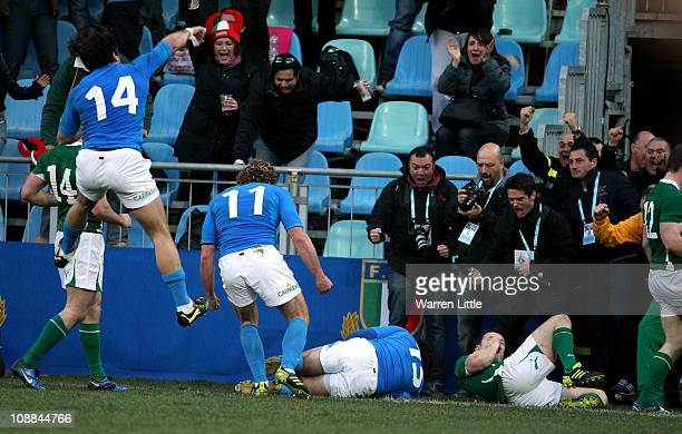 Luke McLean of Italy dives over to score a try during the RBS 6 Nations Championships match between Italy and Ireland at Stadio Flaminio on February...