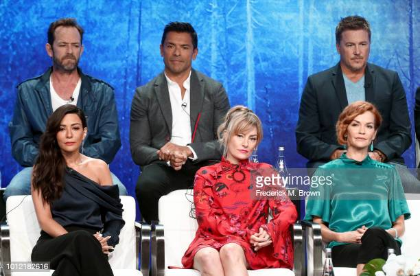 Luke Perry Mark Consuelos Lochlyn Munro Marisol Nichols Mädchen Amick and Nathalie Boltt from Riverdale speak onstage at the CW Network portion of...