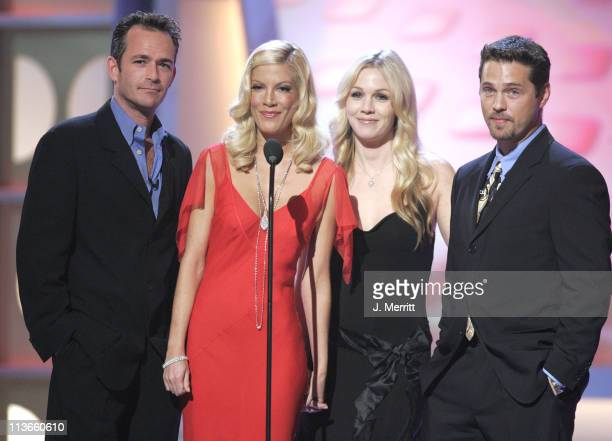 Luke Perry, Tori Spelling, Jennie Garth and Jason Priestley present Aaron Spelling with the Discretionary Award - Pioneer