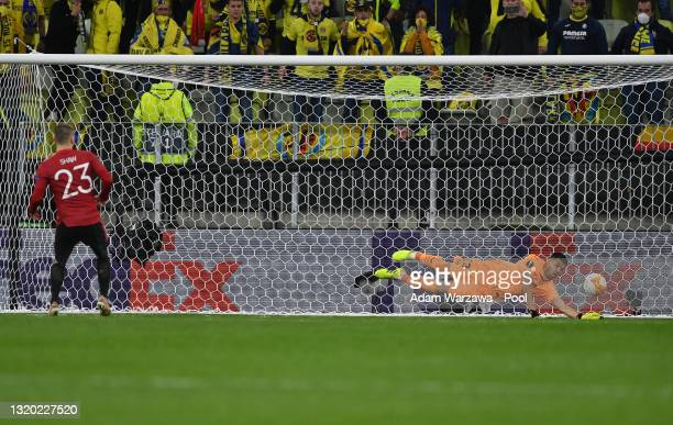 Luke Shaw of Manchester United scores their team's eighth penalty past Geronimo Rulli of Villarreal in the penalty shoot out during the UEFA Europa...
